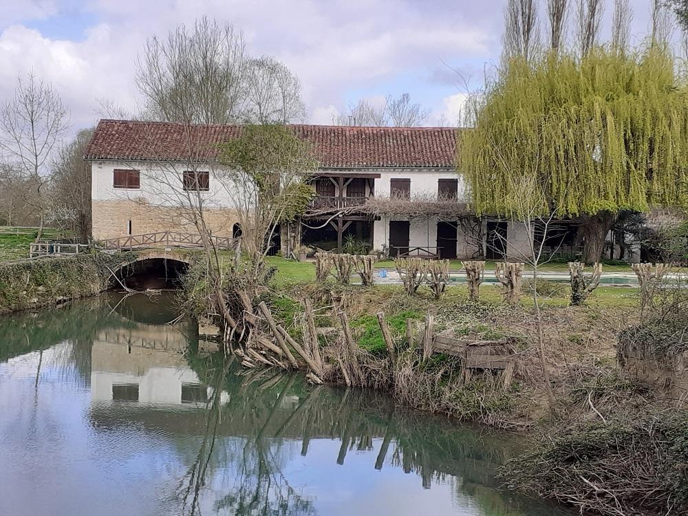Petit moulin entre deux ponts