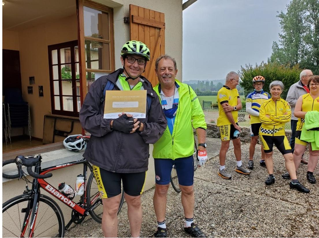 """Notre ami Christophe a reçu son diplôme """"Mérite du cyclotourisme. Il lui a été remis par le Président du CODEP 32."""